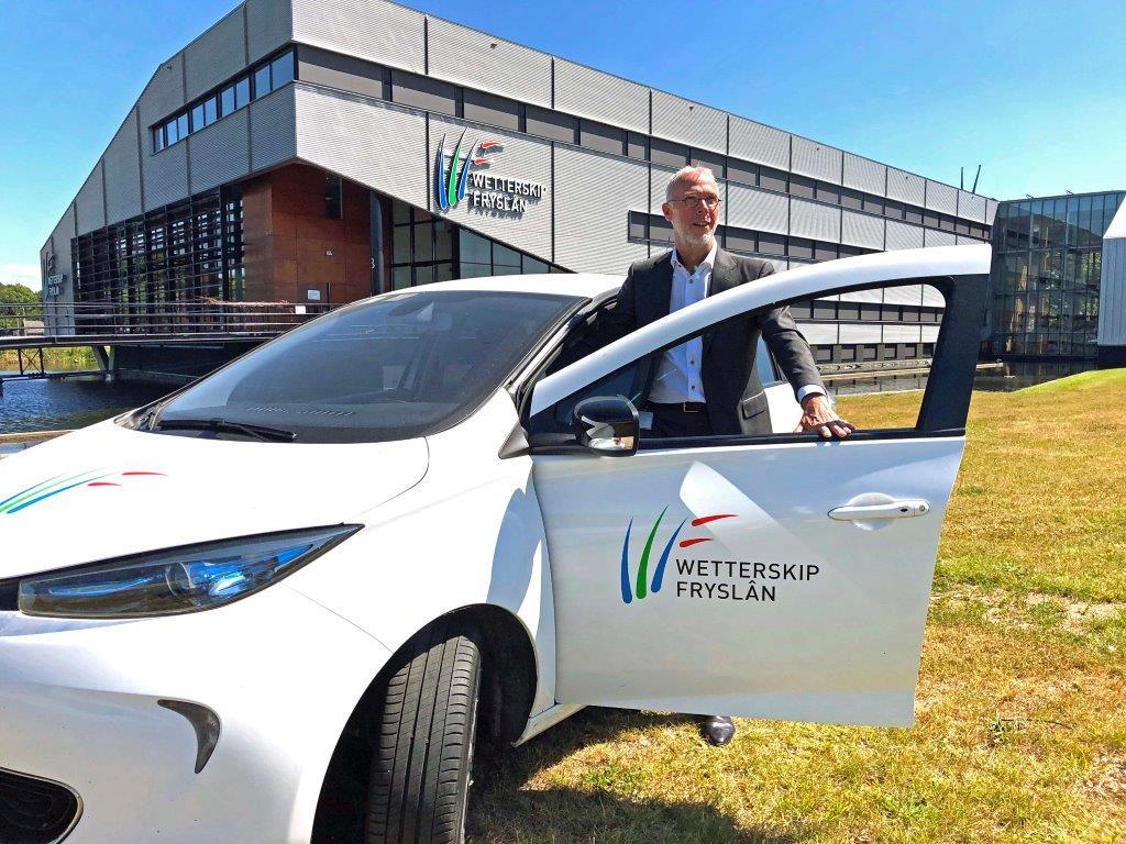 Dagelijks bestuurslid Egbert Berenst bij een elektrische auto.