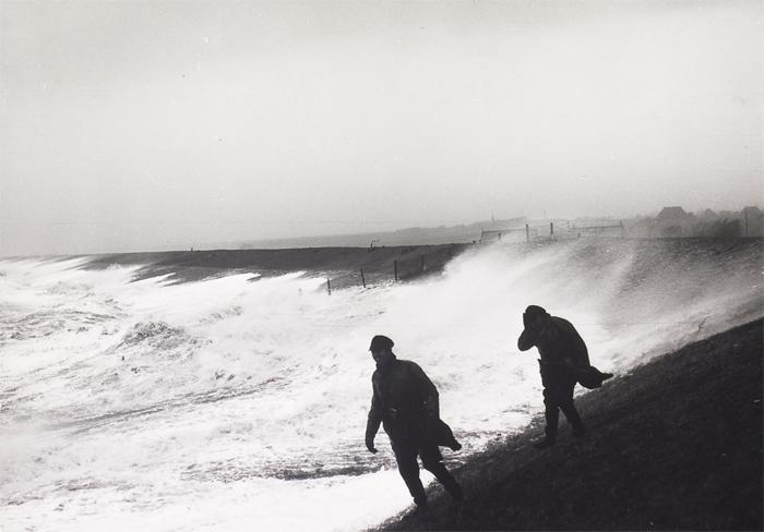 Dijkbewaking tijdens januaristorm in 1960