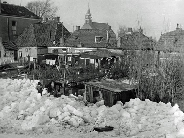 Opgestuwd ijs in achtertuintjes in Stavoren